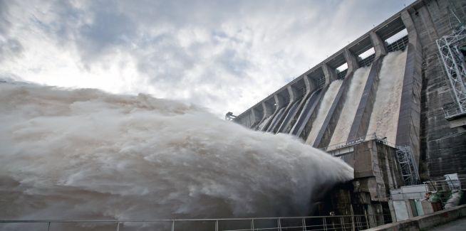 (130812) -- AMUR, agosto 12, 2013 (Xinhua) -- Chorros de agua caen en la central Hidroel¨¦ctrica Zeya, instalada en Amur, Rusia, el 12 de agosto de 2013. La central se ha visto afectada en los recientes d¨ªas debido a las grandes cantidades de agua que corren por las inundaciones. (Xinhua/ITAR-TASS/ZUMAPRESS) (py) (dp) ***DERECHOS DE USO UNICAMENTE PARA NORTE Y SUDAMERICA***