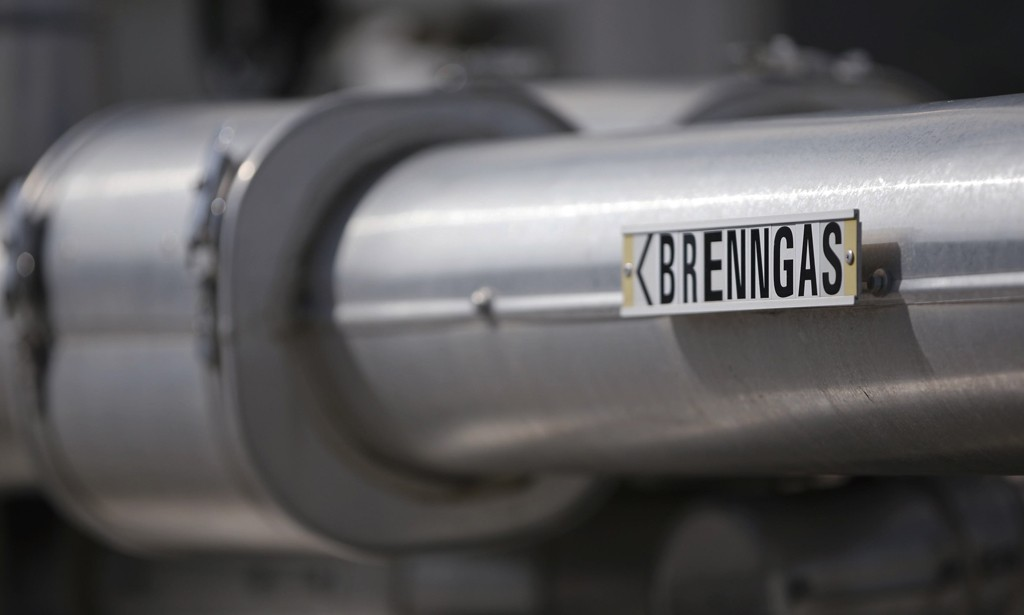 A gas pipe is pictured at Gas Connect, Austria's gas distribution node, in Baumgarten, east of Vienna September 18, 2014. Russian gas flows to Austria's Baumgarten hub have fallen this month, with Reuters data showing a sharp drop from 560 gigawatt-hours per day (GWh/d) at the beginning of September to as low as 460 GW/d a week later, although flows have since recovered to 600 GWh/d. REUTERS/Leonhard Foeger (AUSTRIA - Tags: POLITICS ENERGY BUSINESS)